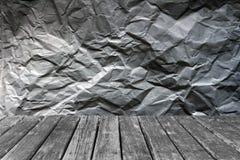 Tavola di legno sugli ambiti di provenienza di carta sgualciti Fotografie Stock Libere da Diritti