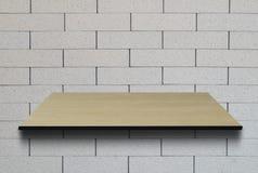 Tavola di legno sul fondo della luce del muro di mattoni Immagini Stock Libere da Diritti