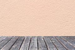 Tavola di legno sul fondo rosa del calcestruzzo della parete immagine stock libera da diritti