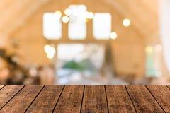 Tavola di legno superiore del primo piano vecchia con il fondo del ristorante e della caffetteria della sfuocatura fotografia stock