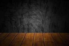 Tavola di legno superiore del primo piano vecchia con il fondo scuro di stile del sottotetto del muro di cemento immagini stock libere da diritti