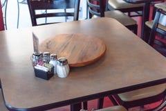 Tavola di legno vuota del primo piano con il piatto e lo shak giranti del servizio Fotografia Stock