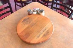 Tavola di legno vuota del primo piano con il piatto e lo shak giranti del servizio Immagini Stock