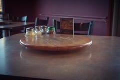 Tavola di legno vuota del primo piano con il piatto e lo shak giranti del servizio Fotografia Stock Libera da Diritti