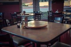 Tavola di legno vuota del primo piano con il piatto e lo shak giranti del servizio Fotografie Stock Libere da Diritti