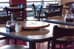 Tavola di legno vuota del primo piano con il piatto e lo shak giranti del servizio Immagine Stock
