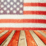 Tavola di legno vuota della piattaforma sopra il fondo del bokeh della bandiera di U.S.A. Fondo di feste nazionali di U.S.A. quar Fotografia Stock Libera da Diritti
