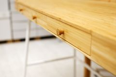 Tavola di legno vuota e fondo vago della cucina, bokeh fotografie stock libere da diritti