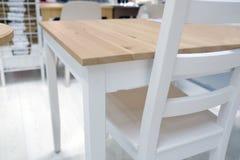 Tavola di legno vuota e fondo vago della cucina, bokeh immagine stock