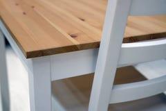 Tavola di legno vuota e fondo vago della cucina, bokeh fotografia stock