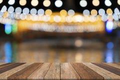 Tavola di legno vuota e fondo vago, usati per la presentazione fotografia stock libera da diritti
