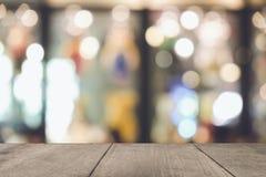 Tavola di legno vuota di marrone su fondo variopinto vago parte anteriore, per la presentazione ed il prodotto ed il modello di p immagini stock