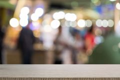 Tavola di legno vuota di marrone su fondo variopinto vago parte anteriore, per la presentazione ed il prodotto ed il modello di p fotografia stock libera da diritti