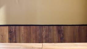 Tavola di legno vuota sopra la parete di legno d'annata fotografia stock libera da diritti