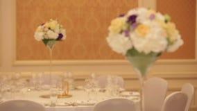 Tavola di lusso di nozze decorata con i fiori rosa archivi video