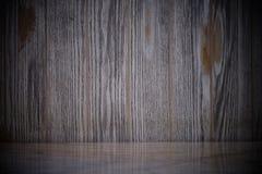Tavola di marmo vuota su vecchia struttura di legno scura della parete con il fondo naturale dei modelli fotografia stock