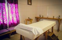 Tavola di massaggio nella stanza di massaggio fotografia stock