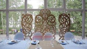 Tavola di nozze ad una festività di nozze decorata con il mazzo nuziale Banchetto Corridoio Tavola festiva per la sposa e lo spos stock footage