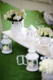 Tavola di nozze con i bei mazzi delle rose Fotografie Stock Libere da Diritti
