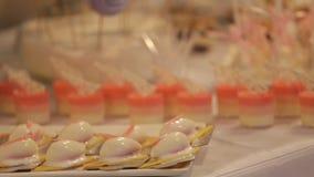 Tavola di nozze con i dolci ed i dolci, dolci delle pasticcerie archivi video