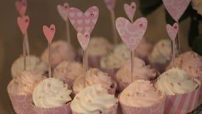 Tavola di nozze con i dolci ed i dolci, dolci delle pasticcerie stock footage