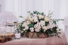 Tavola di nozze decorata con il mazzo e le candele fotografia stock libera da diritti