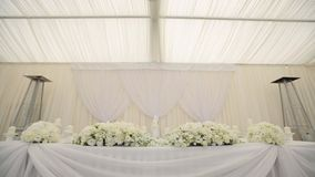 Tavola di nozze nella decorazione bianca del corridoio del corridoio video d archivio