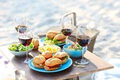 Tavola di picnic con i vetri del vino rosso fotografia stock libera da diritti