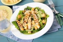 Tavola di picnic dell'insalata di caesar del pollo di estate Fotografia Stock Libera da Diritti
