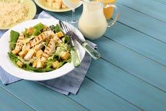 Tavola di picnic dell'insalata di caesar del pollo di estate Immagini Stock