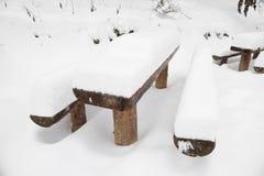 Tavola di picnic di legno nevicata Fotografia Stock Libera da Diritti