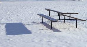 Tavola di picnic nella neve Immagini Stock Libere da Diritti
