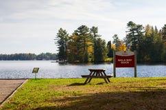 Tavola di picnic in un lago Fotografia Stock Libera da Diritti