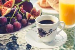 Tavola di prima colazione all'aperto fotografia stock