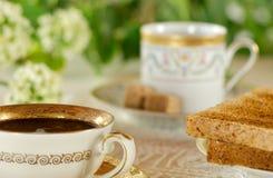 Tavola di prima colazione nel giardino con le tazze d'annata Immagine Stock