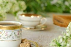 Tavola di prima colazione nel giardino con le tazze d'annata Immagine Stock Libera da Diritti