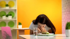 Tavola di seduta ritenente femminile della mensa di nausea, avvelenamento del pasto del ciarpame, qualit? dei prodotti alimentari immagini stock