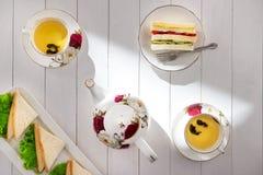 Tavola di tè di pomeriggio insieme di tè con i panini Fotografia Stock Libera da Diritti