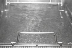 Tavola di vapore del metallo con acqua calda Profondità del campo poco profonda prescelto fotografie stock libere da diritti