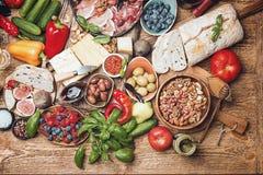 Tavola di vista superiore in pieno di alimento fotografia stock libera da diritti