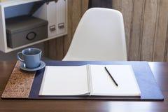Tavola di Woking con la penna del libro e l'interno domestico del caffè Immagine Stock Libera da Diritti