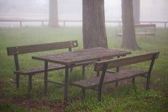 Tavola e banchi di legno nel parco Immagini Stock Libere da Diritti
