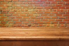 Tavola e muro di mattoni di legno vuoti Aspetti per l'esposizione del montaggio del prodotto fotografie stock libere da diritti