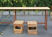 Tavola e panchetto di legno temporanei all'alimento della via thailand fotografia stock