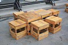 Tavola e panchetto di legno temporanei all'alimento della via thailand fotografia stock libera da diritti