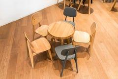 Tavola e sedia di legno moderne sul pavimento di legno all'angolo del bambino Immagine Stock