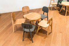 Tavola e sedia di legno moderne sul pavimento di legno all'angolo del bambino Immagini Stock