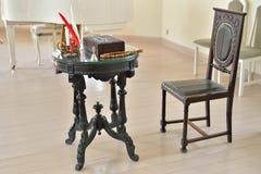 Tavola e sedia scolpite nel corridoio bianco del palazzo del priore dentro Immagini Stock