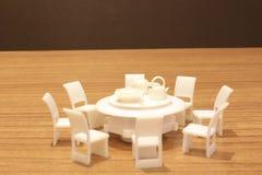 Tavola e sedie bianche eleganti con il picchiettio del ritaglio immagini stock