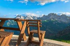 Tavola e sedie di legno rurali per il riposo nell'alta montagna Immagine Stock
